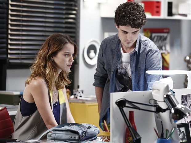 Heitor mostra para Laura que sua matéria está na internet (Foto: Inácio Moraes/ Gshow)