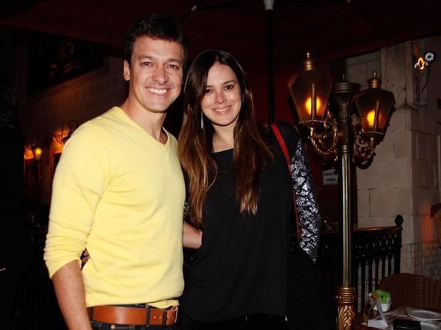 Rodrigo Faro e a mulher, Vera Viel, em restaurante em São Paulo (Foto: Marcos Ribas/ Foto Rio News)