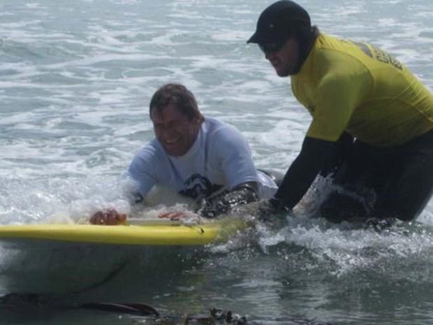 O paraplégico Daniel Nel surfa com prancha adaptada (Foto: BBC)