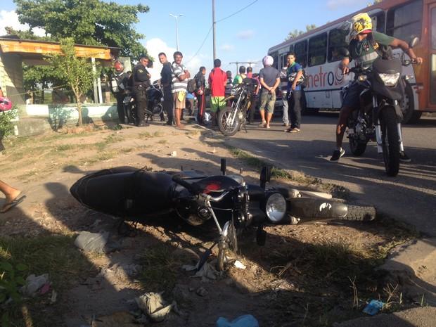 Motociclista é encontrado morto após acidente de trânsito na Ilha do Bispo, em João Pessoa (Foto: Walter Paparazzo/G1)