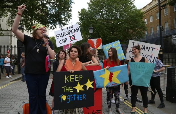Um pequeno grupo de manifestantes anti-Brexit protesta em frente Downing Street, no centro de Londres (Foto: Geoff Caddick/AFP)