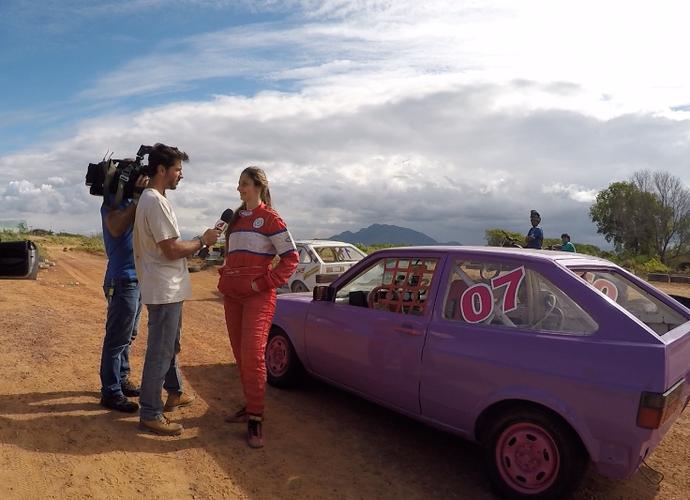 Vitor Gozzer entrevista Hedylaine Ferreira, única mulher competidora no Barródromo (Foto: Divulgação/TV Gazeta)