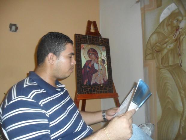 Helder estudou sozinho em abrigo de comunidade católica e foi aprovado na UFC (Foto: Arquivo Pessoal)