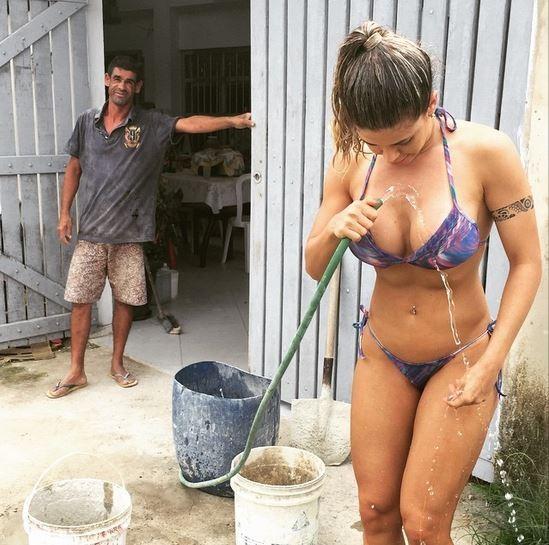De biquíni, Cacau Colucci toma banho de mangueira e posta foto