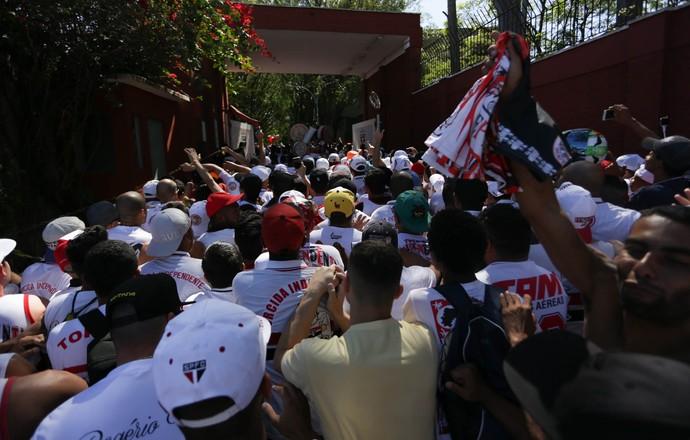 Torcida do São Paulo invade CT (Foto: N.M. / Futura Press)