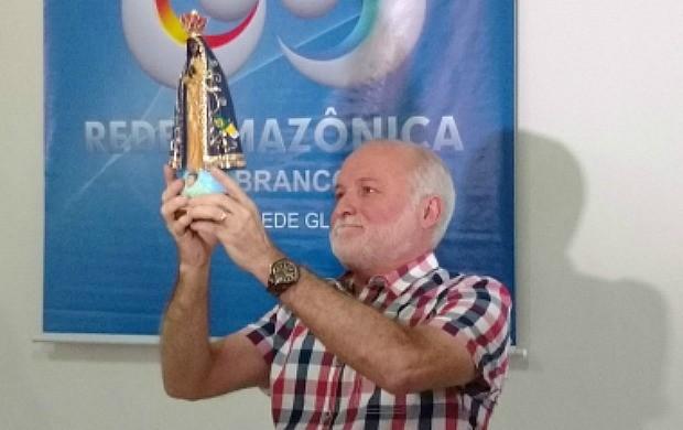 Diretor da Rede Amazônica Acre, Ricardo Mendes, recebe imagem de Nossa Senhora de Aparecida (Foto: Murilo Lima)
