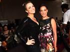 Natallia Rodrigues capricha no decote para ver desfile de estilista