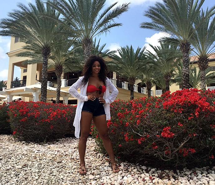 Juliana Alves em frente a hotel na beira da praia  (Foto: Arquivo pessoal)
