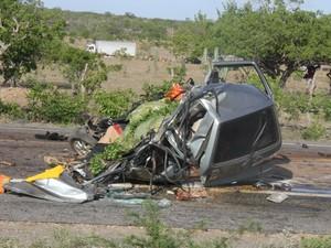 Com a batida, o carro ficou destruído (Foto: Raimundo Mascarenhas \ Site Calila Notícias)