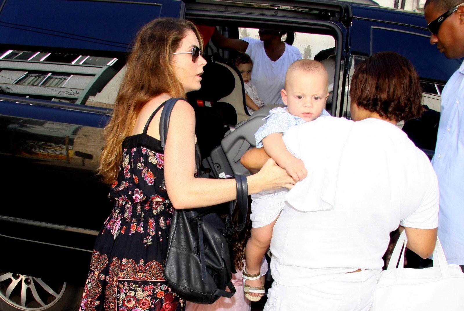 Cláudia Abreu e o caçula chegam à festa de João Vicente (Foto: Alex Palarea e Daniel Delmiro / Ag. News)