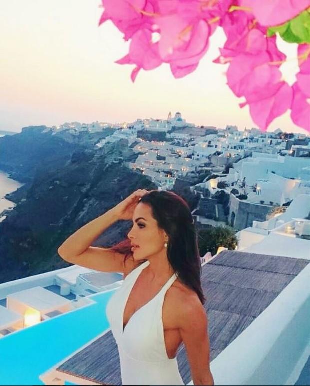 Carla Prata aproveita férias em Santorini, na Grécia (Foto: Reprodução/Instagram)