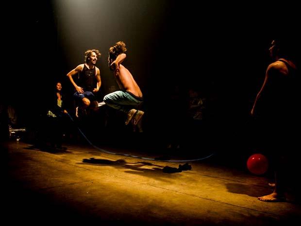"""Cena da peça """"O novo espetáculo (Não vai ter golpe)"""", do Grupo Tripé (Foto: Divulgação)"""