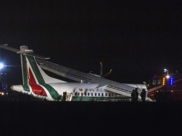 Bombeiros ajudam no resgate das vítimas de acidente com avião em Roma, Itália (Foto: AP Photo/Angelo Carconi)