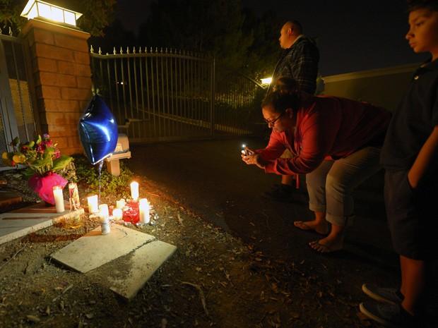 Cantora Jenni Rivera, que morreu em acidente de avião, é homenageada na frente de sua casa em Los Angeles (Foto: AP/Mark J. Terrill)