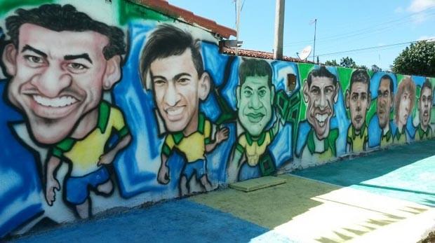 Titulares da Seleção Brasileira enfeitam o muro em Macaíba (Foto: Camila Torres/Inter TV Cabugi)