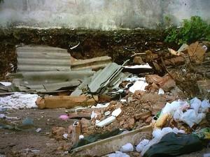 Lixo e entulhos tomam conta de terrenos. (Foto: Reprodução/TV Gazeta)