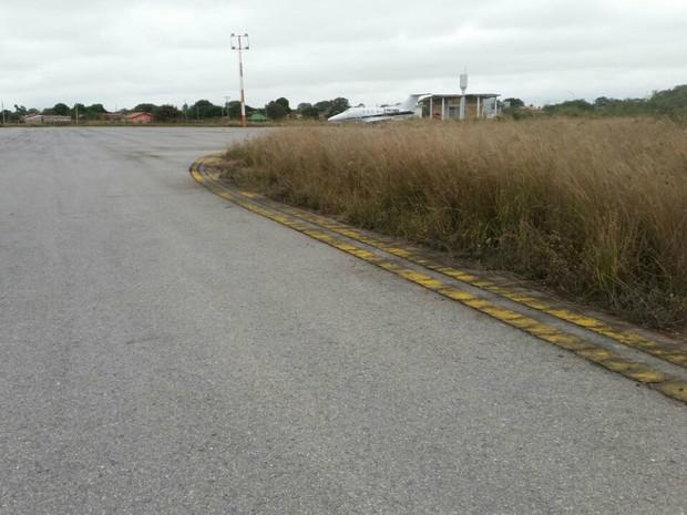 Mato alto na cabeceira da pista do Aeroporto de Porto Murtinho, em Mato Grosso do Sul (Foto: Edicarlos Oliveira/Arquivo Pessoal)
