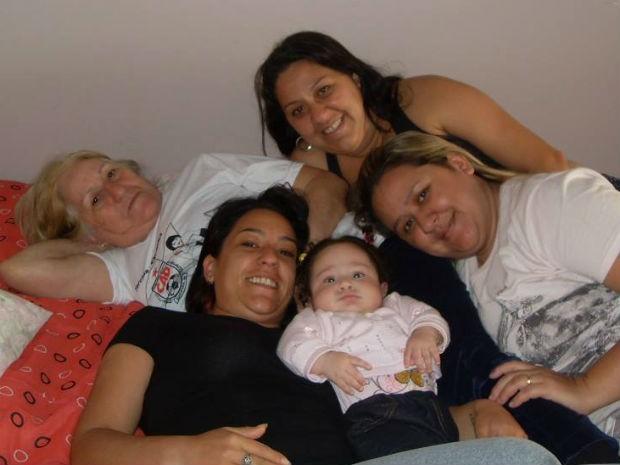 Mara com as três filhas e uma das netas (Foto: Mara dos Santos/Arquivo pessoal)