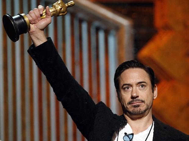 Robert Downey Jr. ensaia para o Oscar 2012 (Foto: Chris Carlson/AP)