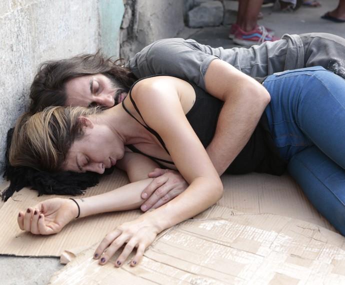 Larissa e Roy dormem na rua (Foto: Felipe Monteiro / Gshow)