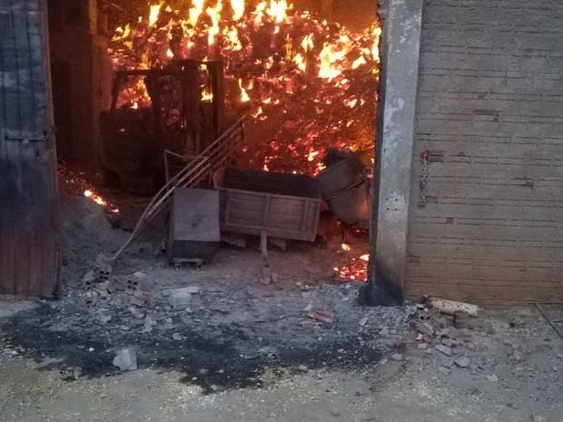 Fogo começou por volta das 20h de segunda-feira (21) (Foto: Corpo de Bombeiros / Divulgação)