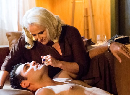 Ciro sente ciúme de Tião e beija Mág, sua amante há 20 anos