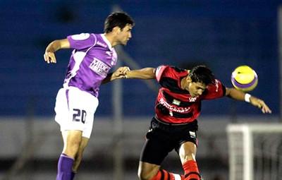 Navarro, Defensor X Flamengo 2007 (Foto: Agência AP)