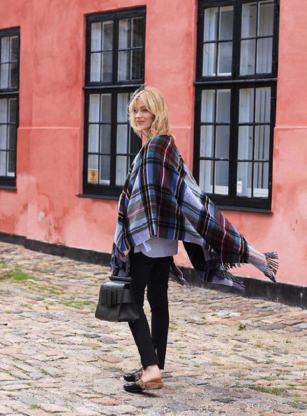 Ponchos funcionam como a cobertura perfeita, assim como mocassins baixos (Foto: Reprodução/Instagram)