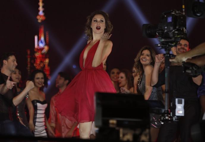 Ellen Jabour, linda de vermelho, manda beijinho para a câmera (Foto: Raphael Dias / Gshow)
