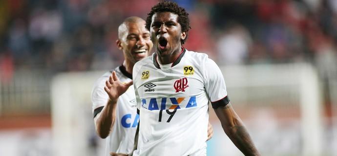 Joinville Atlético-PR (Foto: Giuliano Gomes/ Agência PR PRESS)