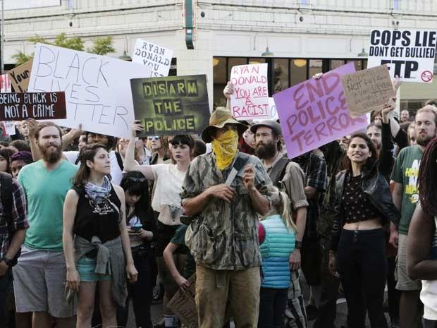 Moradores de Olympia protestam após policial atirar em irmãos negros. (Foto: Rachel La Corte / AP Photo)