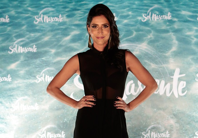 Maria Joana aparece com look preto lacrador na coletiva de imprensa de 'Sol Nascente' (Foto: Gshow/Felipe Monteiro)