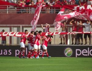 Jogadores do América-RN comemoram gol no primeiro tempo (Foto: Jocaff Souza)