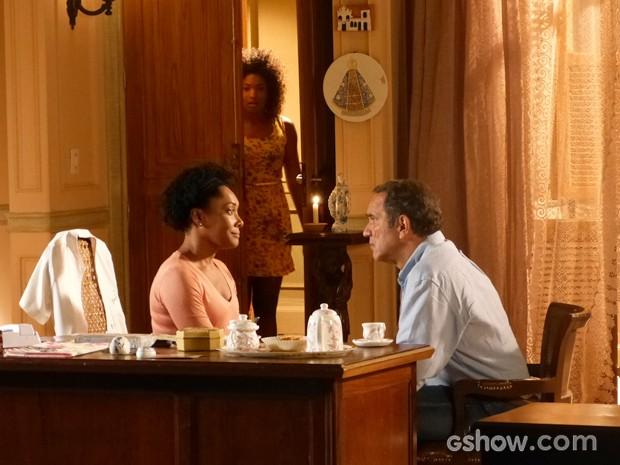 Alice ouve a conversa do tio e da mãe e se esconde ao perceber que falam dela (Foto: Em Família/TV Globo)