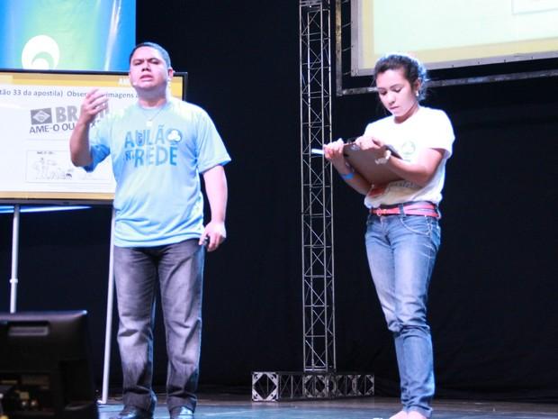 Professor de História convida aluna para o palco (Foto: Indiara Bessa/ G1 AM)