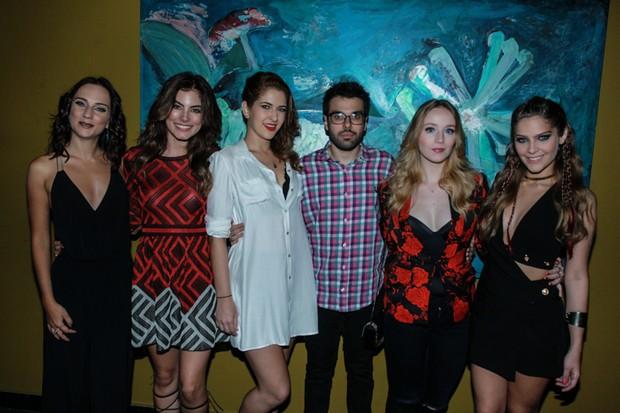 Carol Garcia, Bruna Hamú, Gabi Lopes, Malu Rodrigues e Isabella Santoni com o diretor Matheus Souza (Foto: AgNews)