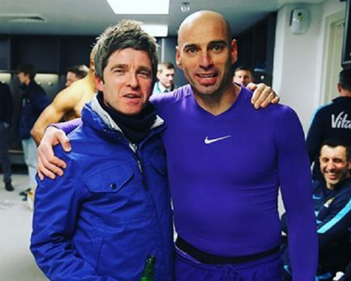 BLOG: Noel Gallagher tieta herói de título do City no vestiário e ganha camisa de David Silva