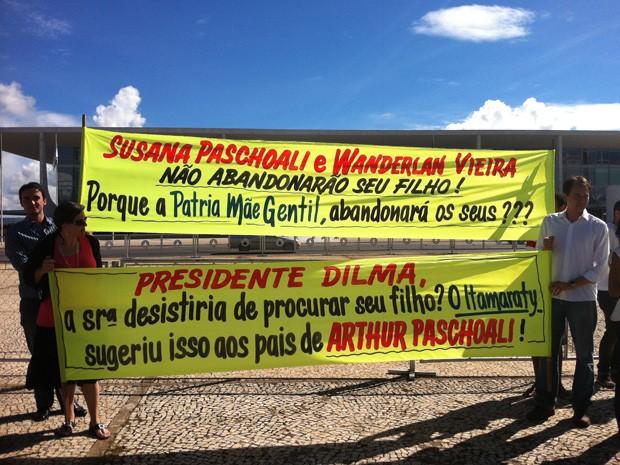 Irmão e amigos de Artur protestam em frente ao Palácio do Planalto com faixas pedindo mais apoio do Itamaraty (Foto: Luciana Amaral/G1)