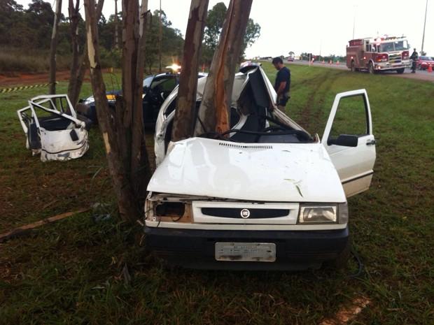 Carro que bateu em árvore na BR-020, após sair da pista (Foto: Polícia Rodoviária Federal/Divulgação)