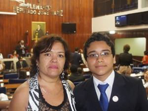 Luciana Alves, mãe do deputado mirim empossado, afirmou que inicialmente o filho não queria participar do parlamento  (Foto: André Resende/G1)