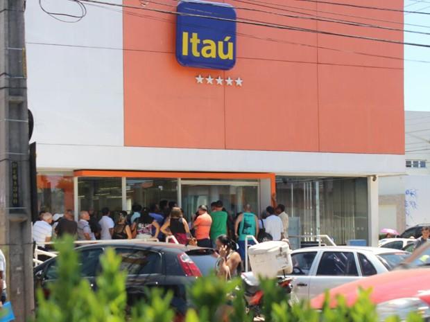Usuários fazem fila em frente a banco no primeiro dia de greve da categoria (Foto: Fernando Brito/G1)