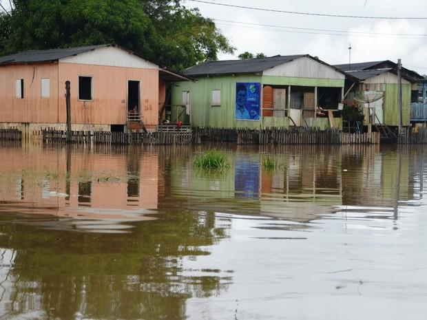 Famílias do bairro Seis de Agosto, um dos mais atigindos pela enchente, ficam ilhadas na manhã desta terça-feira (24) (Foto: Aline Nascimento/G1)