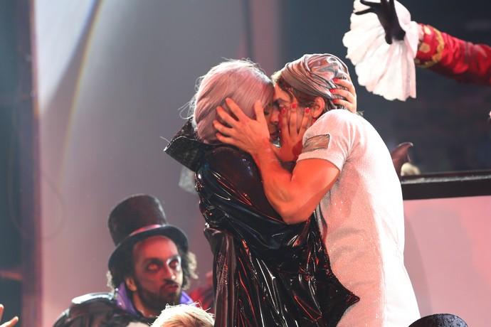 Ludmilla ganhou beijão de bailarino no 'Truque Vip' (Foto: Carol Caminha/Gshow)