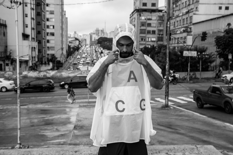 O fotógrafo Raul Aragão coma versão clara do poncho (Foto: Divulgação)