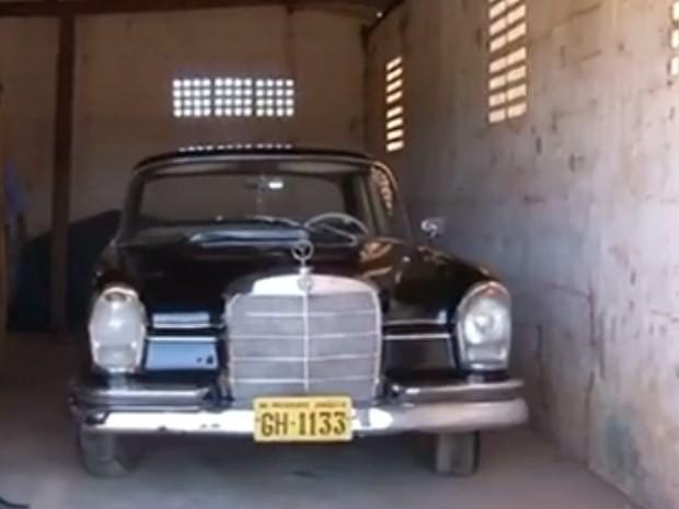 Mercedes-Benz que pertencia a Juscelino Kubitschek está na garagem da Fazendinha JK, em Goiás (Foto: Reprodução/ TV Anhanguera)