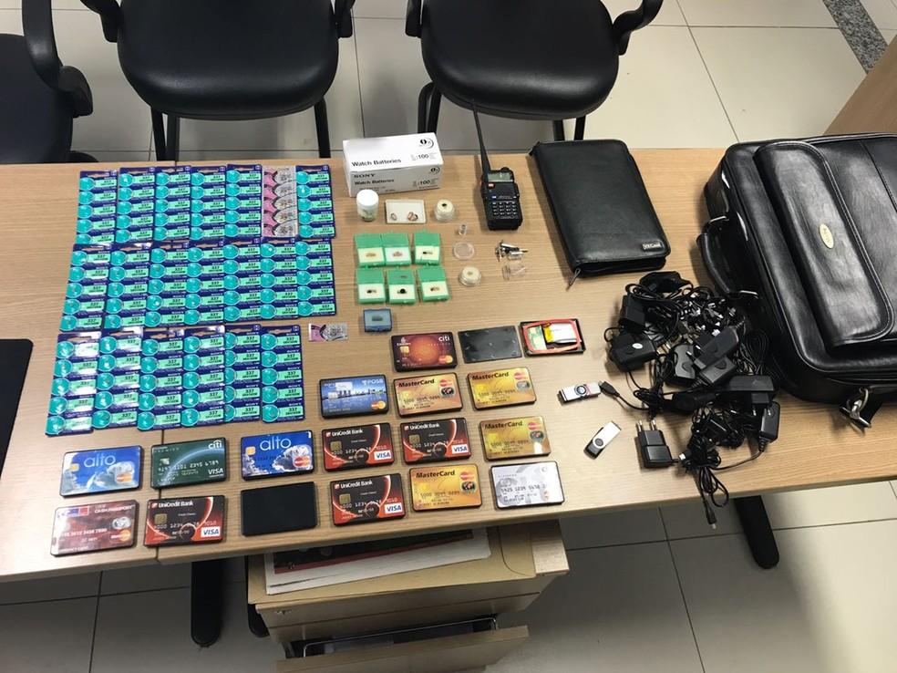 Polícia apreendeu vários pontos eletrônicos utilizados por membros da quadrilha durante as provas (Foto: Lucas Sá/DDF João Pessoa)