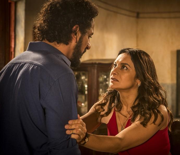 Beatriz conta para Bento o que aconteceu (Foto: Inácio Moraes/ Gshow)