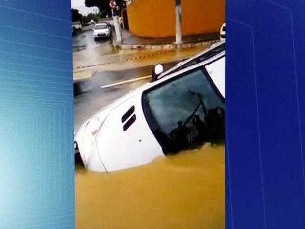 Carro entrou no buraco neste domingo quando o asfalto cedeu (Foto: Inter TV/Reprodução)