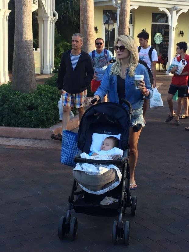 Em meio a rumores de separação, Antonia Fontenelle passeia com o filho nas Bahamas (Foto: EGO)