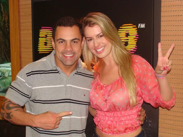 Ex-BBB Fernanda participa de programa de rádio com Tino Jr (Foto: Divulgação)
